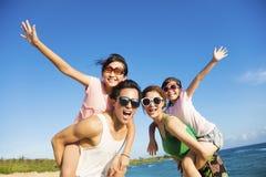 Famiglia felice divertendosi alla spiaggia Fotografia Stock Libera da Diritti