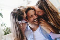 Famiglia felice divertendosi i periodi a casa immagine stock
