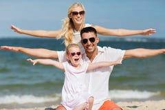 Famiglia felice divertendosi sulla spiaggia di estate Fotografie Stock