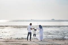 Famiglia felice divertendosi tempo insieme alla spiaggia situata in Pantai Remis immagine stock libera da diritti