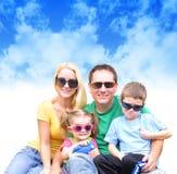 Famiglia felice in estate con le nubi Immagine Stock