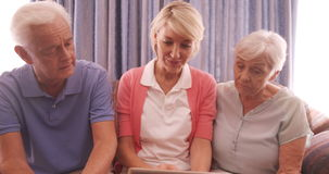 Famiglia felice facendo uso della compressa digitale video d archivio