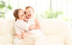 Famiglia felice. Figlia del bambino e della madre immagini stock