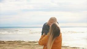 Famiglia felice Giovane bella madre che tiene la sua piccola figlia archivi video