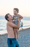 Famiglia felice Giovane bello padre ed il suo neonato sorridente del figlio divertendosi sulla spiaggia del mare, oceano Emotio u immagini stock libere da diritti