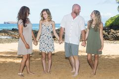 Famiglia felice insieme alla spiaggia Immagini Stock Libere da Diritti