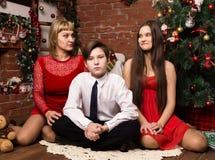 Famiglia felice, madre con due bambini accanto all'albero di cristmas nel giorno di Natale fotografia stock