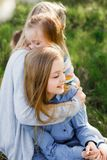 Famiglia felice madre di estate della ragazza del bambino figlie di tre e di molti bambini all'aperto immagini stock