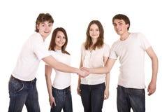 Famiglia felice in mano di scossa della maglietta del briciolo. Immagine Stock