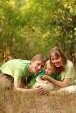 Famiglia felice in natura Fotografie Stock Libere da Diritti
