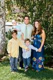 Famiglia felice nei sobborghi fotografie stock libere da diritti