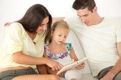 Famiglia felice nel paese Immagini Stock Libere da Diritti