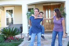 Famiglia felice nel paese Fotografie Stock Libere da Diritti