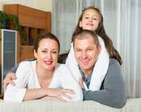 Famiglia felice nell'interno domestico fotografia stock libera da diritti