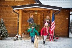 Famiglia felice nell'inverno - famiglia, infanzia, stagione, feste e Fotografia Stock