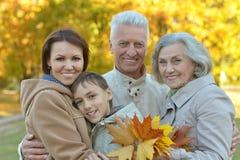 Famiglia felice nella foresta di autunno Fotografie Stock Libere da Diritti
