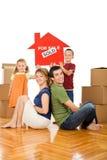 Famiglia felice nella loro nuova casa immagini stock