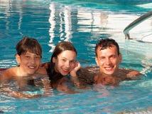 Famiglia felice nella piscina fotografia stock