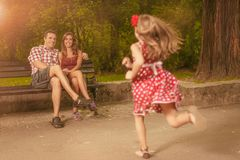 Famiglia felice nella sosta fotografia stock