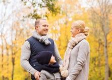 Famiglia felice nella sosta di autunno Fotografia Stock