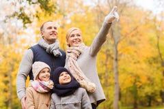 Famiglia felice nella sosta di autunno Immagine Stock Libera da Diritti