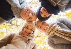 Famiglia felice nella sosta di autunno Fotografia Stock Libera da Diritti