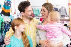 Famiglia felice nella vendita al dettaglio fotografia stock libera da diritti