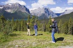 Famiglia felice nelle Montagne Rocciose fotografia stock libera da diritti