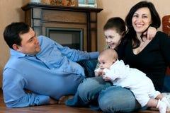 Famiglia felice - padre, madre, sorella, fratello fotografia stock libera da diritti