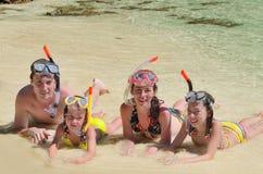 Famiglia felice in prese d'aria sulla spiaggia tropicale immagini stock libere da diritti
