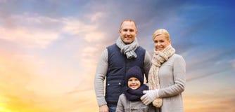 Famiglia felice sopra il fondo del cielo di sera fotografie stock libere da diritti