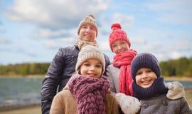 Famiglia felice sopra il fondo della spiaggia di autunno immagini stock libere da diritti