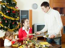 Famiglia felice sopra l'interno della tavola di festa a casa immagini stock