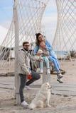 Famiglia felice su una spiaggia Fotografia Stock Libera da Diritti