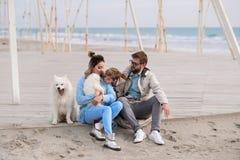 Famiglia felice su una spiaggia Immagine Stock Libera da Diritti
