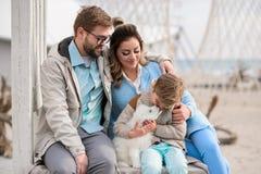 Famiglia felice su una spiaggia Immagini Stock