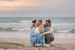 Famiglia felice su una spiaggia Immagine Stock