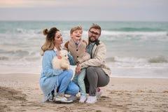 Famiglia felice su una spiaggia Fotografie Stock Libere da Diritti