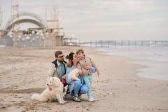 Famiglia felice su una spiaggia Immagini Stock Libere da Diritti