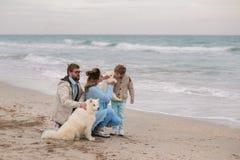 Famiglia felice su una spiaggia Fotografie Stock