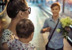 Famiglia felice su una stazione di ferrovia fotografie stock