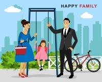 Famiglia felice sul gioco della terra: madre e padre che spingono figlia di risata su oscillazione in campo da giuoco Stile piano Fotografia Stock Libera da Diritti