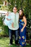 Famiglia felice sulla loro iarda di fronte immagine stock libera da diritti