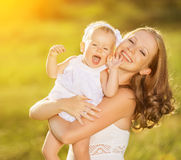 Famiglia felice sulla madre della natura e sulla figlia del bambino immagine stock libera da diritti