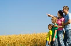 Famiglia felice sulla natura Fotografia Stock Libera da Diritti