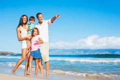 Famiglia felice sulla spiaggia Fotografia Stock
