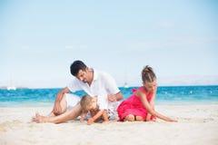 Famiglia felice sulla spiaggia tropicale Fotografie Stock