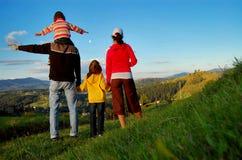 Famiglia felice sulla vacanza in montagne Fotografia Stock Libera da Diritti