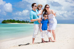 Famiglia felice sulla vacanza tropicale Fotografia Stock