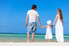 Famiglia felice sulla vacanza tropicale Immagine Stock